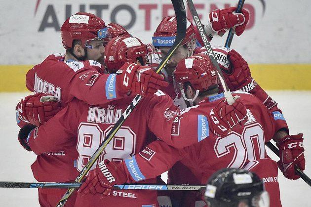 Hokejisté Třince se radují z prvního gólu ve finále extraligy.