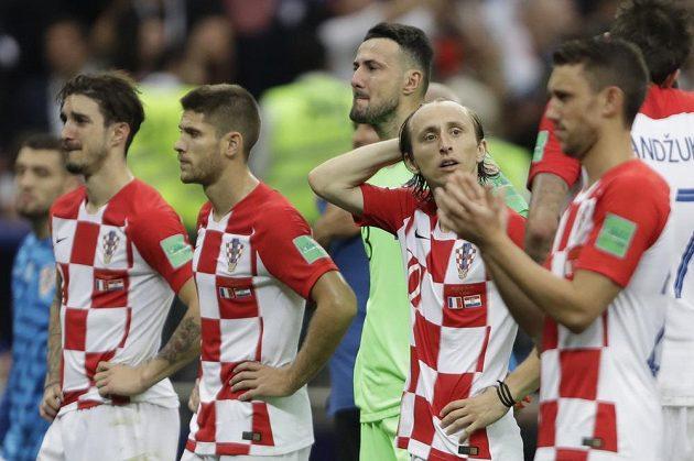 Zklamaní fotbalisté Chorvatska, někteří z nich jen těžko zadržovali slzy.