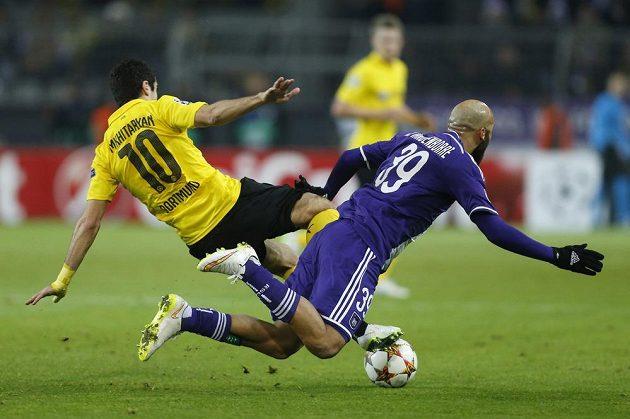 Dortmundský Henrik Mchitarjan (vlevo) v souboji s Anthonym Vanden Borrem v utkání Ligy mistrů.