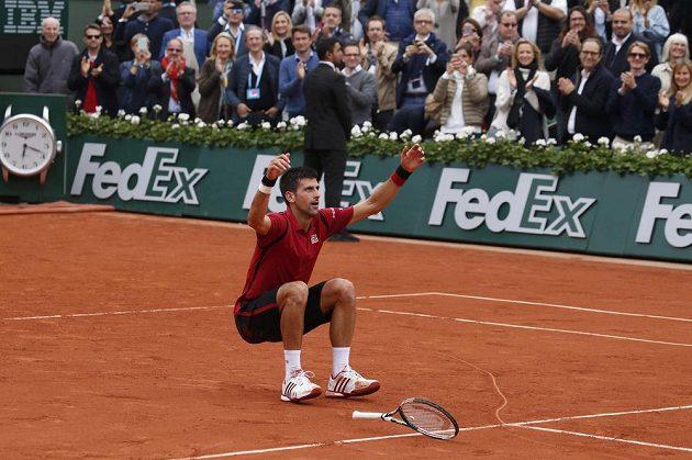 Novak Djokovič se raduje z vítězství nad Andym Murraym ve finále French Open.