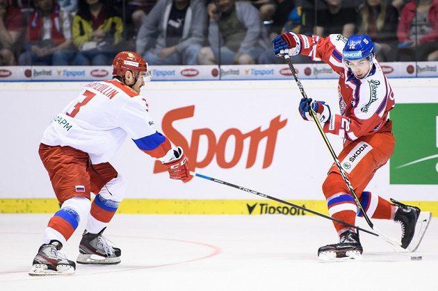 Český útočník Filip Chytil a Dmitry Kagarlitsky z Ruska během utkání turnaje Carlson Hockey Games.