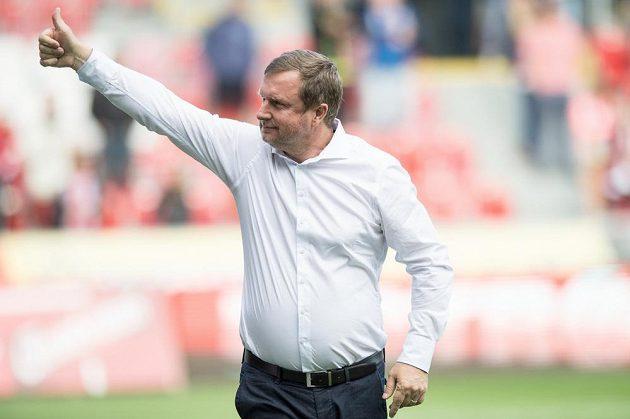 Trenér Plzně Pavel Vrba zdraví fanoušky po utkání s Olomoucí.