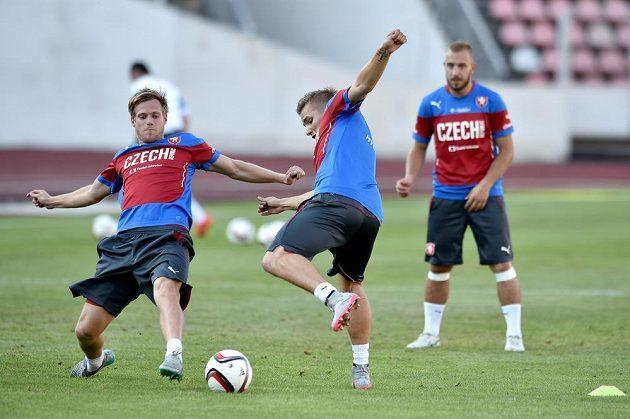 Tomáš Kalas (vlevo) v souboji o míč s Martinem Frýdkem na tréninku české fotbalové reprezentace.