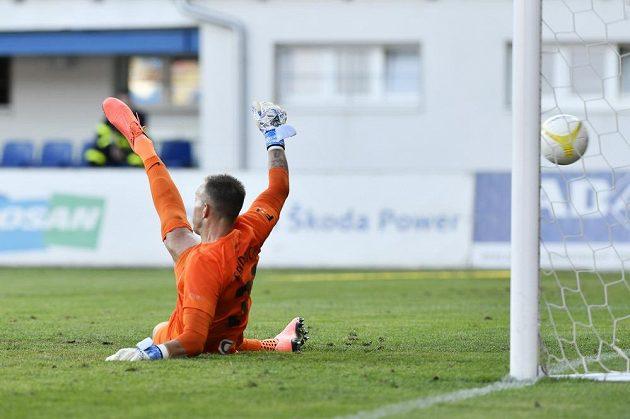 Brankář Opavy Vilém Fendrich dostává gól z penalty.