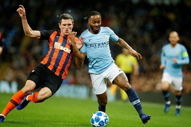 Fotbalista Manchesteru City Raheem Sterling v akci během utkání Ligy mistrů se Šachtarem Doněck.