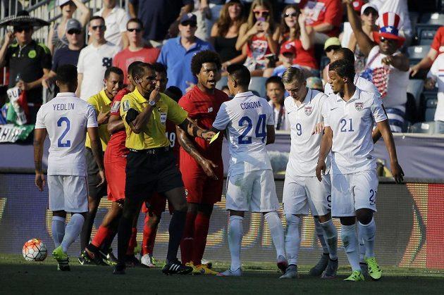 Menší potyčka, která se strhla v prodloužení v zápase o třetí místo na Zlatém poháru mezi Panamou a USA.
