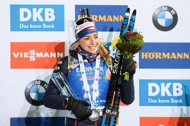 Markéta Davidová slaví třetí místo ve sprintu SP v Novém Městě na Moravě.