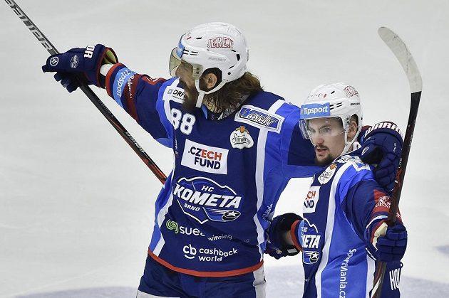 Autor prvního gólu Petr Holík (vpravo) a Peter Mueller z Brna se radují.