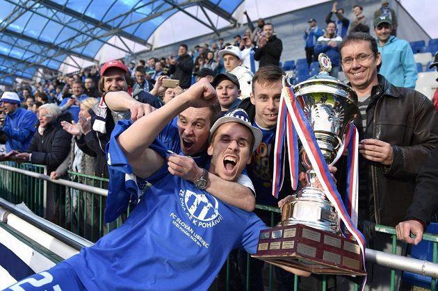 Liberecký Josef Šural s trofejí pro vítěze domácího poháru po finále s Jabloncem.