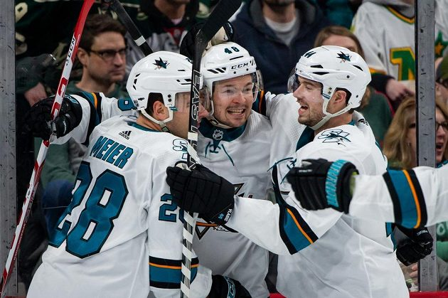 Radost v podání hokejistů San Jose Sharks. Oslavuje i útočník Tomáš Hertl.