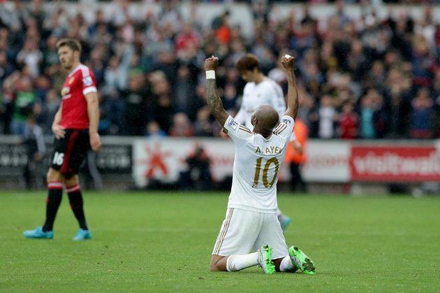 Útočník André Ayew se raduje z vítězství nad Manchesterem United.