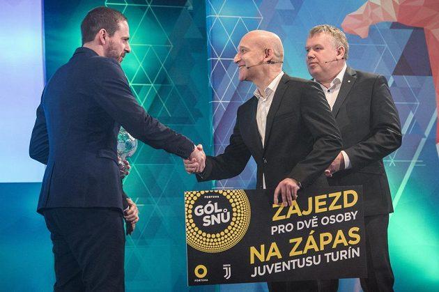 Vítěz ankety Gól snů Martin Malý (vlevo) a generální ředitel Fortuny David Vaněk během Galavečera Grassroots 2018 v pražském Žofíně.