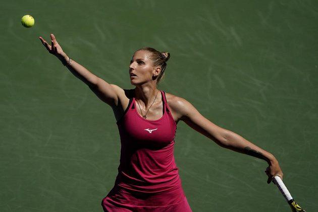 Tenistka Kristýna Plíšková podává v českém derby na US Open proti Petře Kvitové.