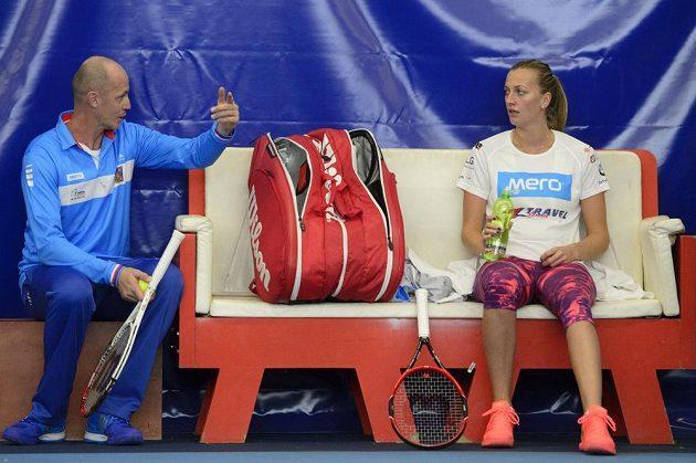 Petra Kvitová (vpravo) a kapitán týmu Petr Pála na tréninku v Praze před finále Fed Cupu s Ruskem.