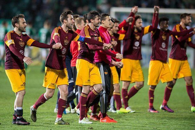 Fotbalisté Dukly (zleva) Branislav Miloševič, Marek Hanousek, Jan Šimůnek a další oslavují vítězství.
