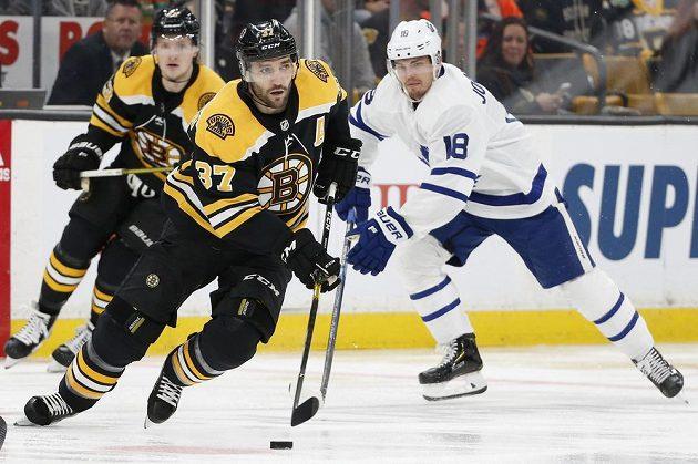 Hvězda hokejového Bostonu Patrice Bergeron (37) v akci během play off NHL.