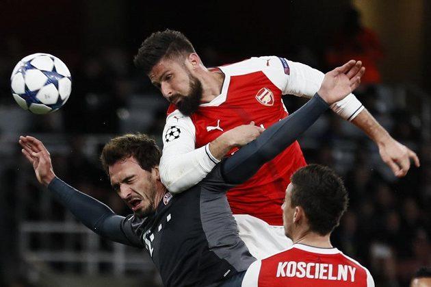 Fotbalista Arsenalu Olivier Giroud hlavičkuje na branku Bayernu v odvetném osmifinále Ligy mistrů.