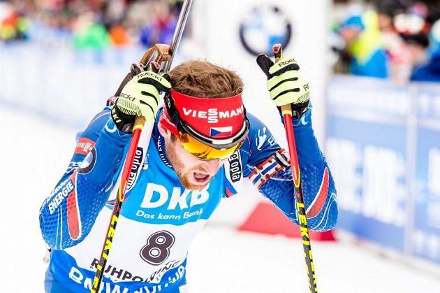 Vyčerpaný Michal Šlesingr v cíli stíhacího závodu mužů v německém Ruhpoldingu.