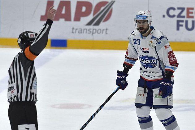 Ivan Baranka z Brna se zlobí na hlavního rozhodčího Antonína Jeřábka za vyloučení spoluhráče.