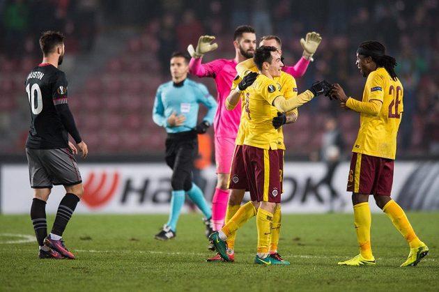Fotbalisté Sparty Praha Vjačeslav Karavajev, Michal Kadlec a Costa oslavují postup a vítězství nad Southamptonem.