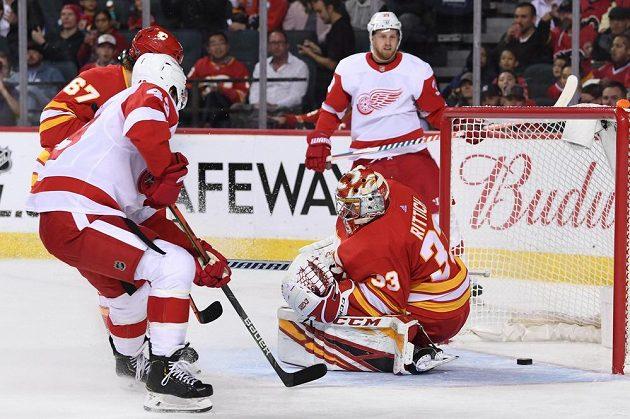 Puk je za zády českého gólmana Davida Ritticha a míří do sítě. V utkání NHL s Detroitem však gólman Plamenů inkasoval jen jednou a nakonec slavil výhru.