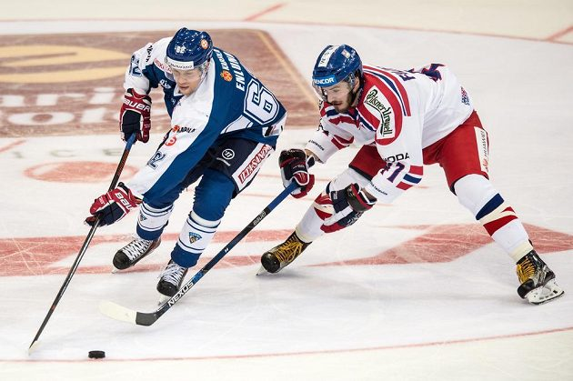 Finský útočník Jonas Enlund (vpředu) a český útočník Tomáš Filippi během utkání turnaje Channel One Cup.