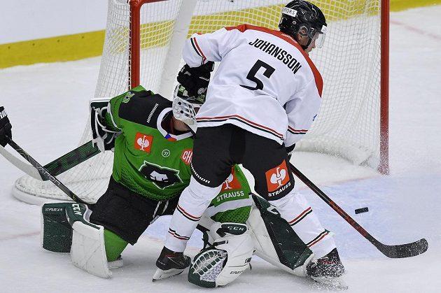 Brankář Boleslavi Jan Růžička inkasuje třetí gól. Vpravo je Filip Johansson z Frölundy.