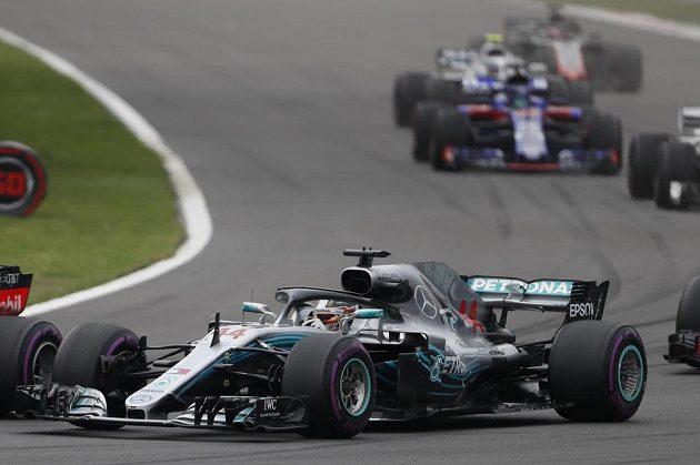 Lewis Hamilton po startu GP Mexika. Předním pravým kolem dotírá na vůz Maxe Verstappena z Red Bullu.