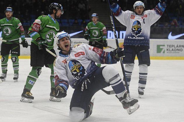 Hokejista Tomáš Redlich z Kladna se raduje z gólu.