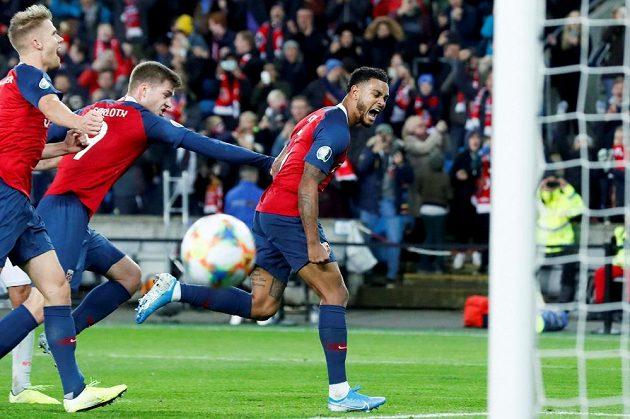 Norský fotbalista Joshua King proměnil penaltu v kvalifikační bitvě o postup na EURO 2020 se Španělskem a zápas skončil 1:1. Za střelcem pospíchají zleva Kristoffer Ajer a Alexander Soerloth.