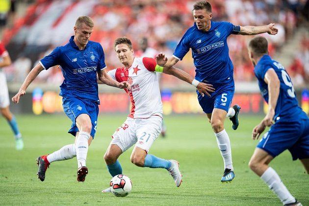 Kapitán fotbalové Slavie Milan Škoda se pere s přesilou hráčů z Dynama Kyjev v utkání 3. předkola Ligy mistrů.