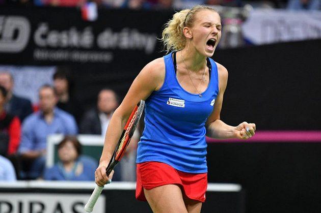 Kateřina Siniaková v zápase proti Sofii Keninové z amerického týmu ve finále Fed Cupu 2018.