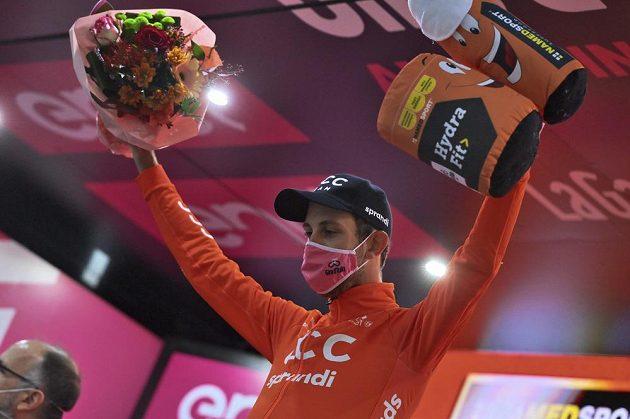 Český cyklista Josef Černý, vítěz 19. etapy Gira d´Italia při slavnostním ceremoniálu.