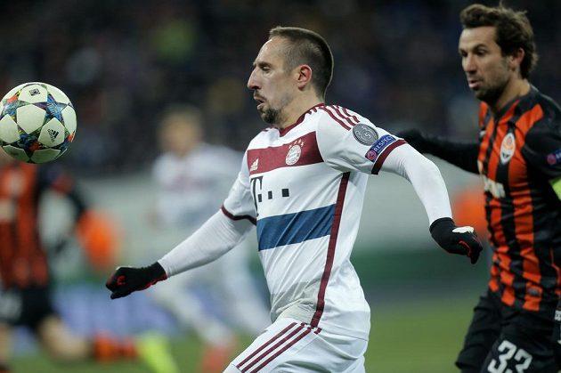 Záložník Bayernu Franck Ribéry (vlevo) a obránce šachtaru Darijo Srna v úvodním zápase fotbalové Ligy mistrů.