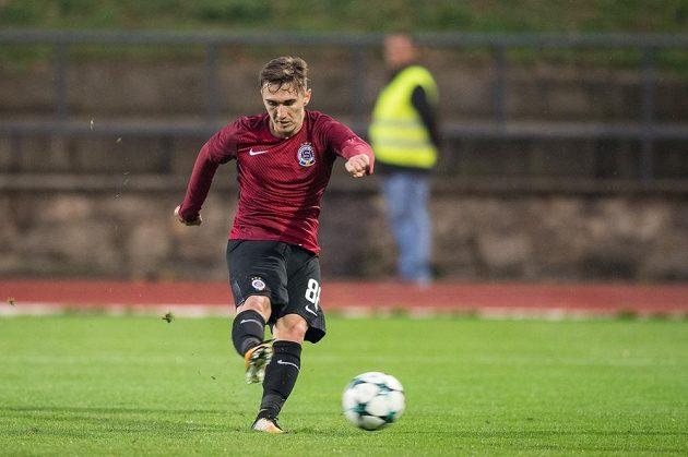 Bogdan Vatajelu ze Sparty Praha střílí gól na 1:0 během utkání 3.kola MOL Cupu ve Znojmě.