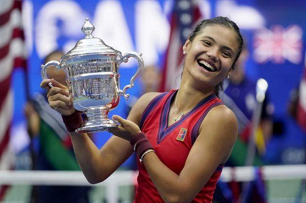 Emma Raducanuová s trofejí pro vítězku US Open.