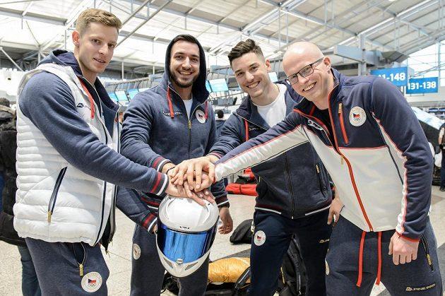 Bobisté (zleva): Dominik Dvořák, Jaroslav Kopřiva, Jakub Nosek a Jan Šindelář během odletu na ZOH 2018 do jihokorejského Pchjongčchangu.
