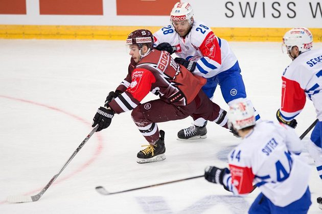 Útočník Sparty Martin Réway a Eyan Keller (28) z Curychu v utkání 1. kola play off Ligy mistrů.
