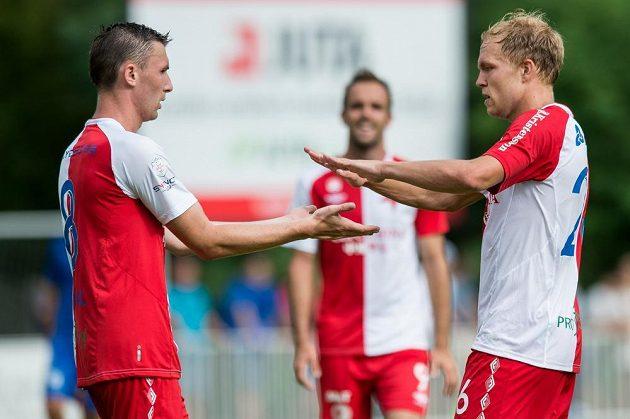 Fotbalisté Slavie Jaromír Zmrhal (vlevo) a Mick van Buren slaví gól proti Liberce ve finále turnaje v Čelákovicích.