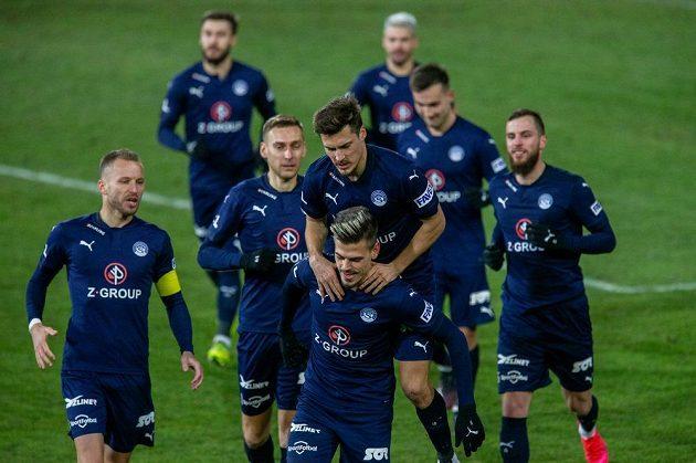 Radost hráčů Slovácka z gólu, který dal Jan Kliment (dole uprostřed).