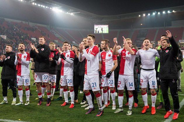 Fotbalisté Slavie Praha děkují fanouškům po výhře nad Mladou Boleslaví.