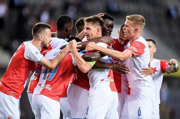 Lukáš Masopust ze Slavie Praha oslavuje se spoluhráči gól na 2:2