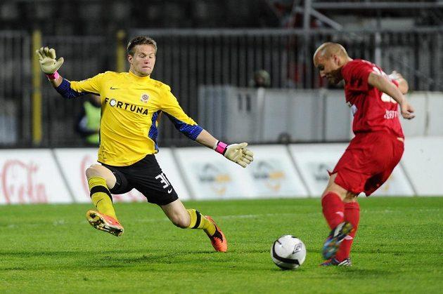 Brankář Sparty Tomáš Vaclík se snaží zlikvidovat šanci Pavlu Mezlíkovi z Brna.