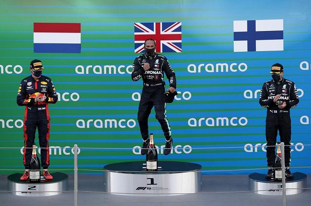 Stupně vítězů po velké ceně Španělska. Uprostřed vítěz Lewis Hamilton, vlevo druhý Max Verstappen, vpravo pak třetí Valtteri Bottas