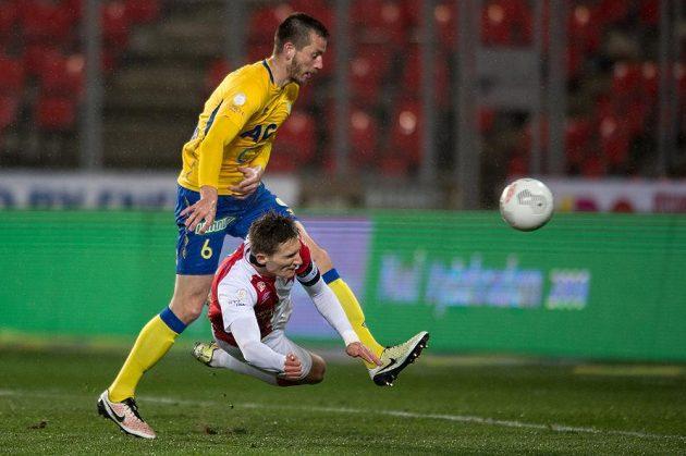 Útočník Slavie Milan Škoda a jeho gólová hlavička přes teplického obránce Michaela Lüftnera.