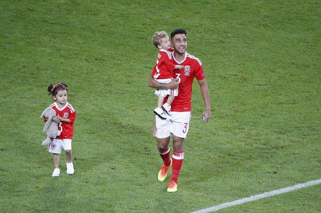 Neil Taylor oslavuje výhru se svými dětmi.