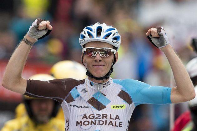 Francouz Romain Bardet se raduje z etapového triumfu na Tour de France.