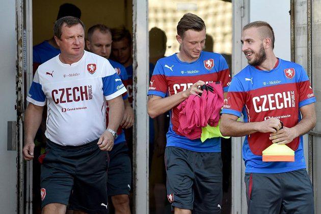 Záložníci Jiří Skalák (vpravo), Ladislav Krejčí a trenér českého národního týmu Pavel Vrba během tréninku fotbalové reprezentace před dvojzápasem kvalifikace ME 2016 s Kazachstánem a Lotyšskem.