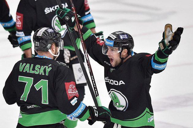 Útočníci Dominik Pacovský a Jakub Valský z Boleslavi se radují z druhého gólu proti Jihlavě.