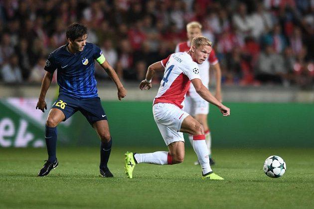 Mick van Buren (vpravo) musel zaskočit do odvety proti APOELu na poslední chvíli do základní sestavy Slavie místo Milana Škody.